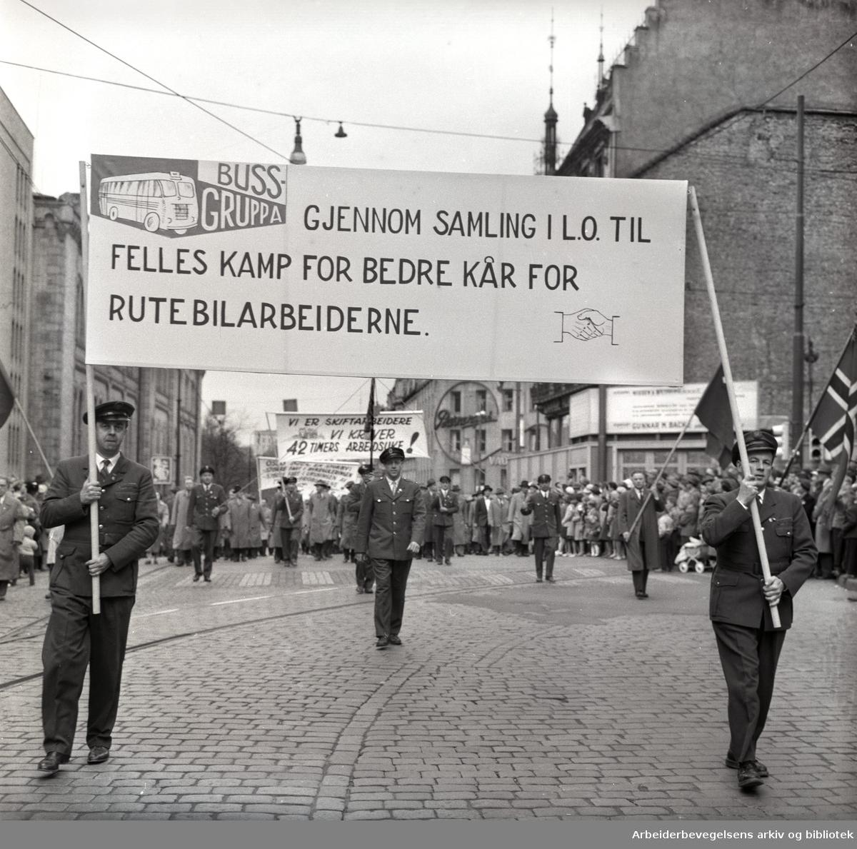 1. mai 1959 i Oslo.Karl Johans gate .Demonstrasjonstoget..Parole: Bussgruppa. Gjennom samling i LO til felles kamp for bedre kår for rutebilansatte......