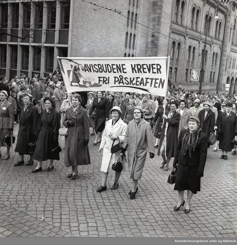 1. mai 1959 i Oslo.Karl Johans gate..Demonstrasjonstoget..Parole: Avisbudene krever fri påskeaften....