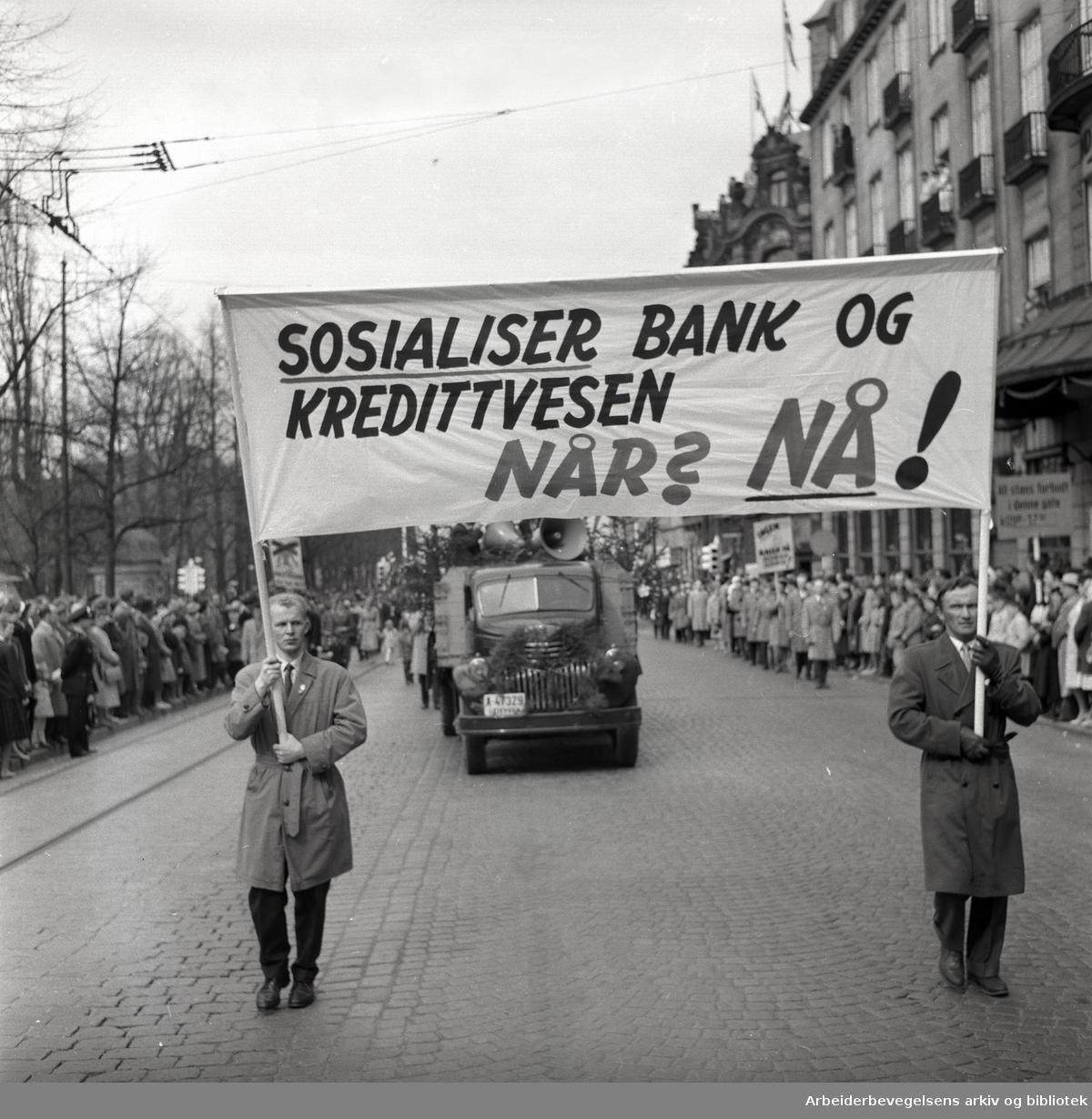1. mai 1959 i Oslo.Karl Johans gate..Demonstrasjonstoget.Parole: Sosialiser bank og kredittvesen .Når? NÅ!....