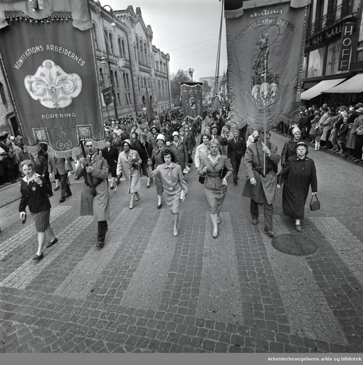 1. mai 1961 i Oslo.Demonstrasjonstoget på Karl Johans gate..Fane: Konfektion Arbeidernes Forening.Fane: Trikotagearbeidernes Forening