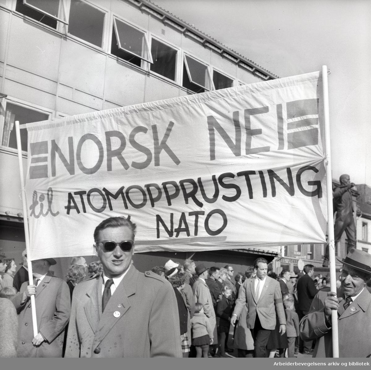 1. mai 1961, kommunistpartiets demonstrasjonstog på Youngstorget.Parole: Norsk nei til atomopprustning i NATO.