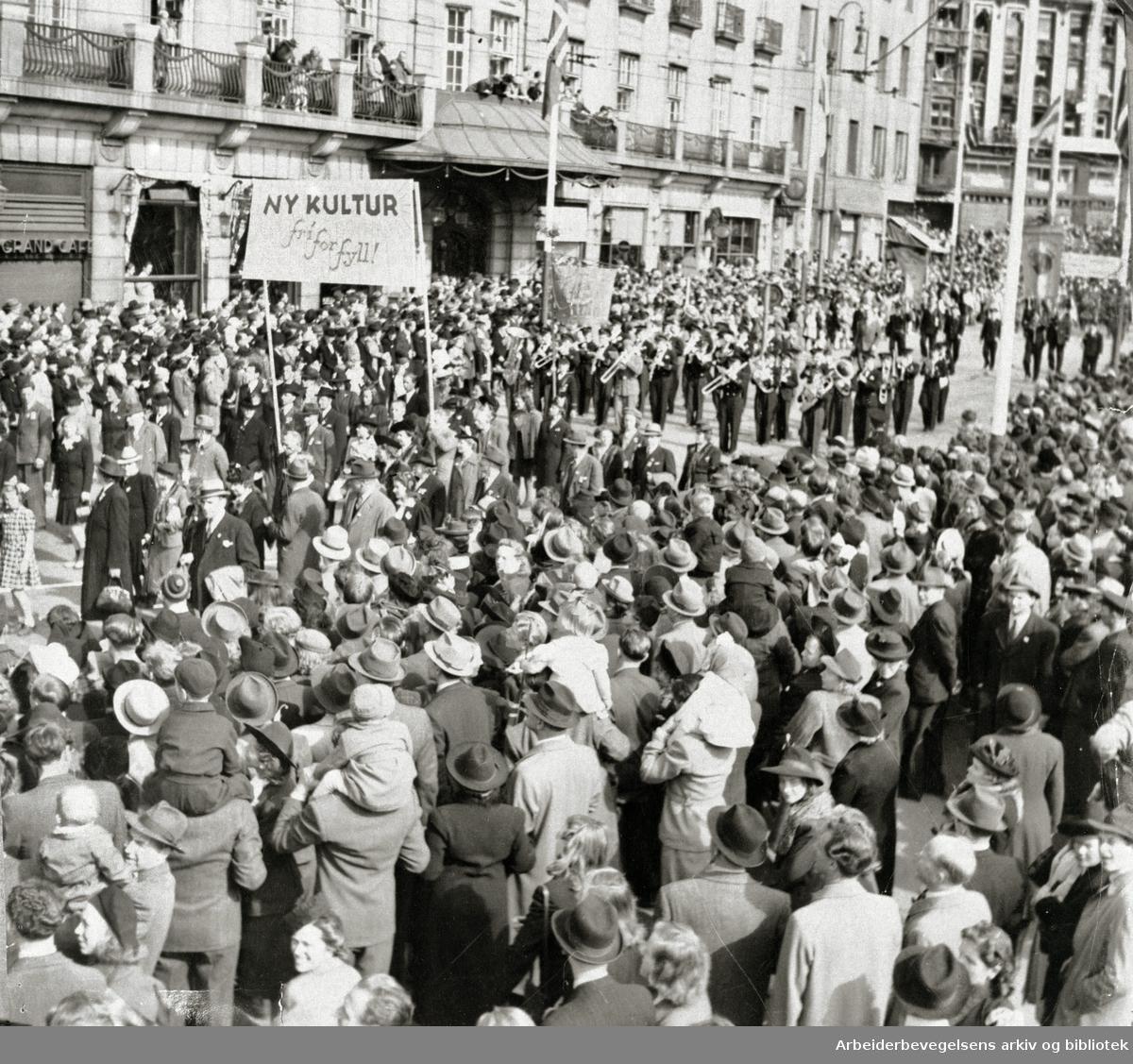 1. mai i Oslo 1946.Demonstrasjonstoget..Parole: Ny kultur fri for fyll!...
