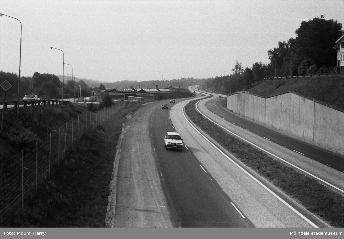 Kungsbackaleden i riktning mot söder sedd från Ikeamotet, år 1985.  För mer information om bilden se under tilläggsinformation.