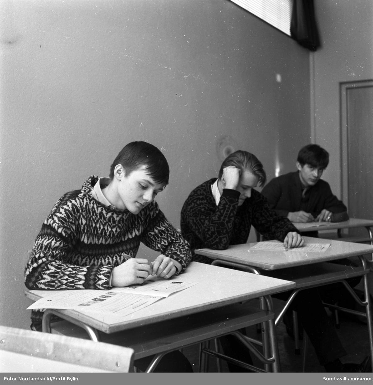Klass 9G har nutidsorientering på Åkersviks skola.