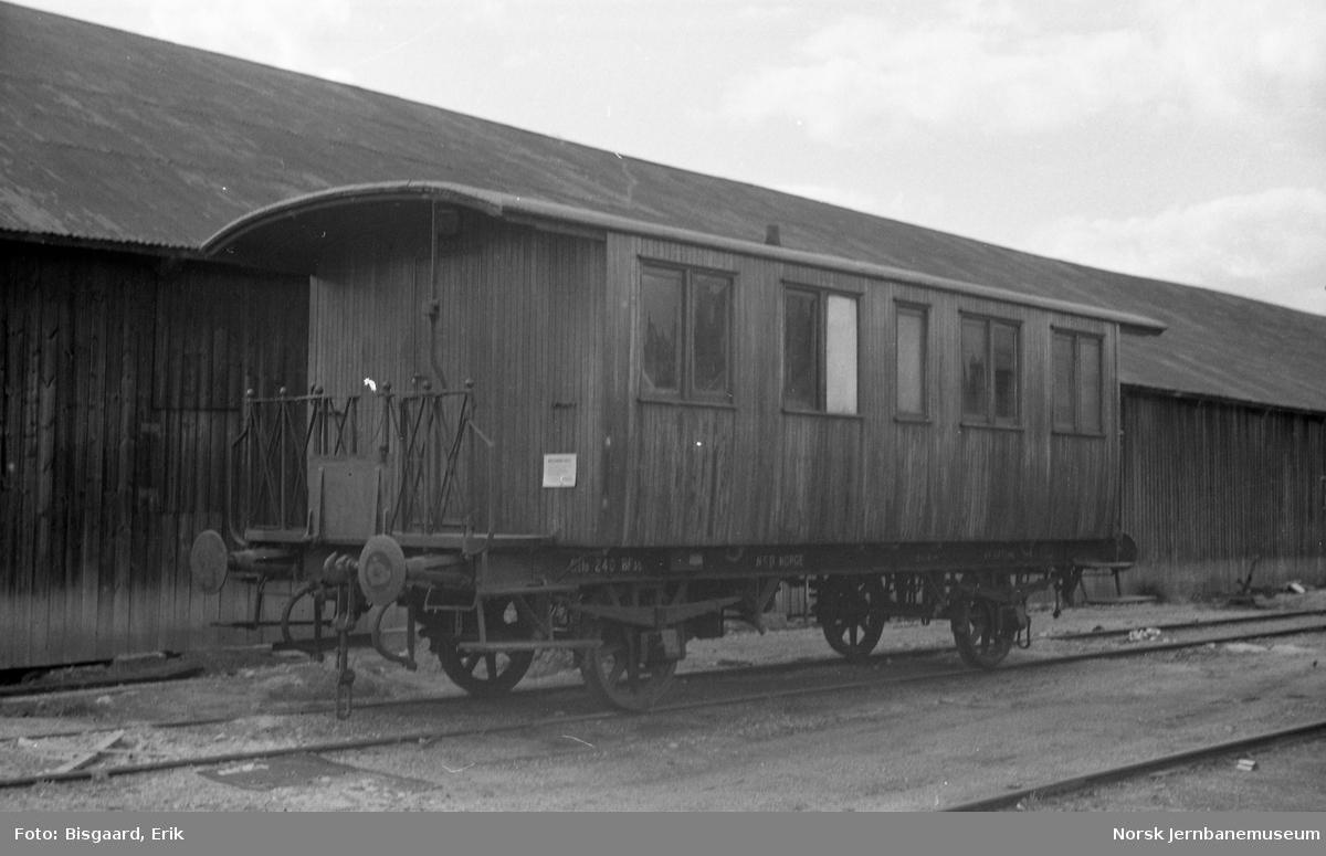 Utrangert personvogn litra BF3b nr. 240 på Sundland