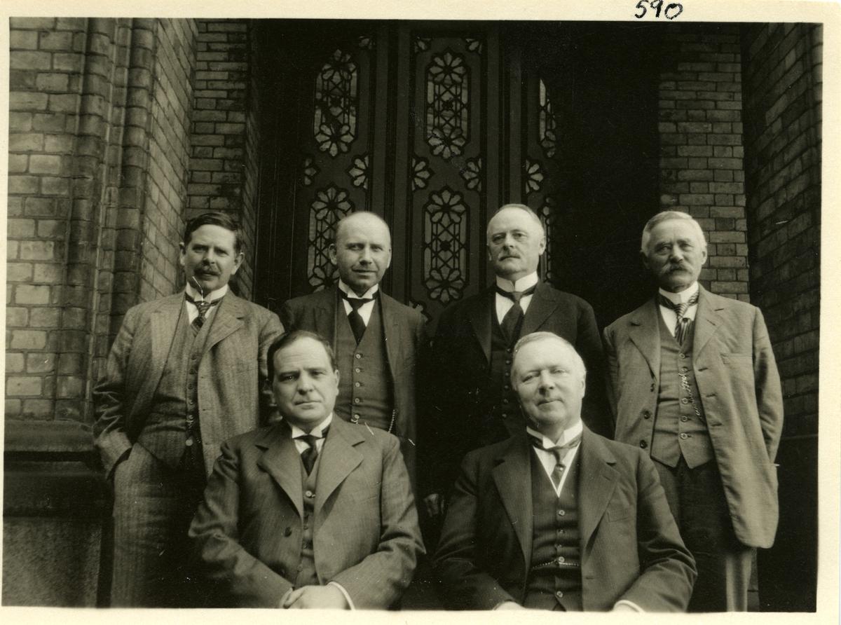 6 menn står på trappa til Stortinget. Helge Nils. Thune, lagtingspresident, stortingsmann, lensmann og gardbruker står til høyre i bildet. De andre er stortingskolleger av Thune.