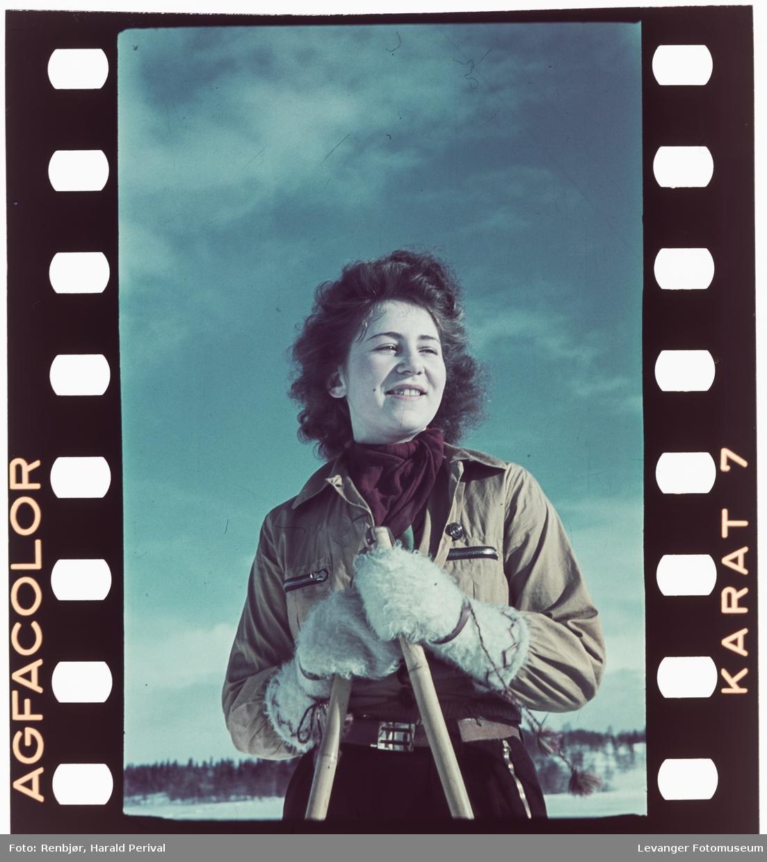 Ung kvinne på ski.