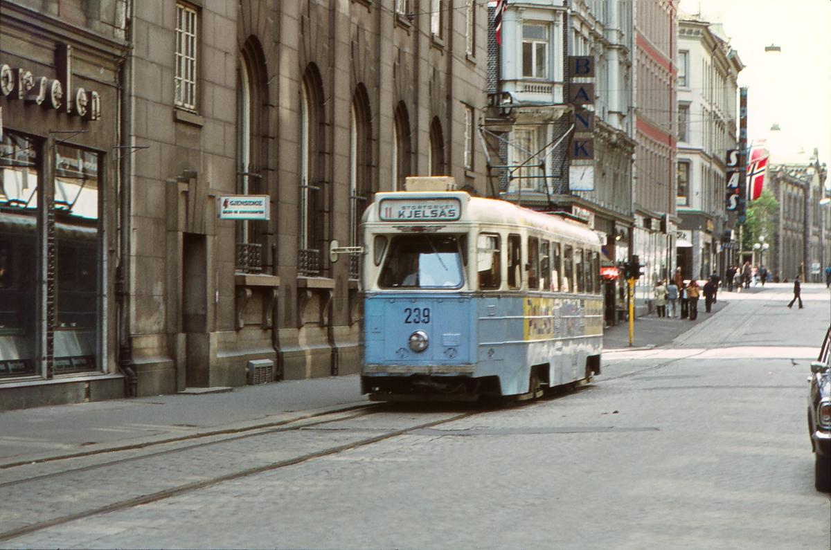 Høkavogn i Karl Johansgate. Vogn 239, Oslo Sporveier, ved Gjensidigebygget. Karl Johans gate 16.