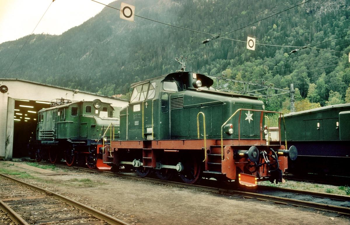 Rjukanbanens lokomotiver nr. RjB 22 og 15 ved lokomotivstallen på Rjukan. Norsk Hydro, Norsk Transportaktieselskap, Norsk Transport.