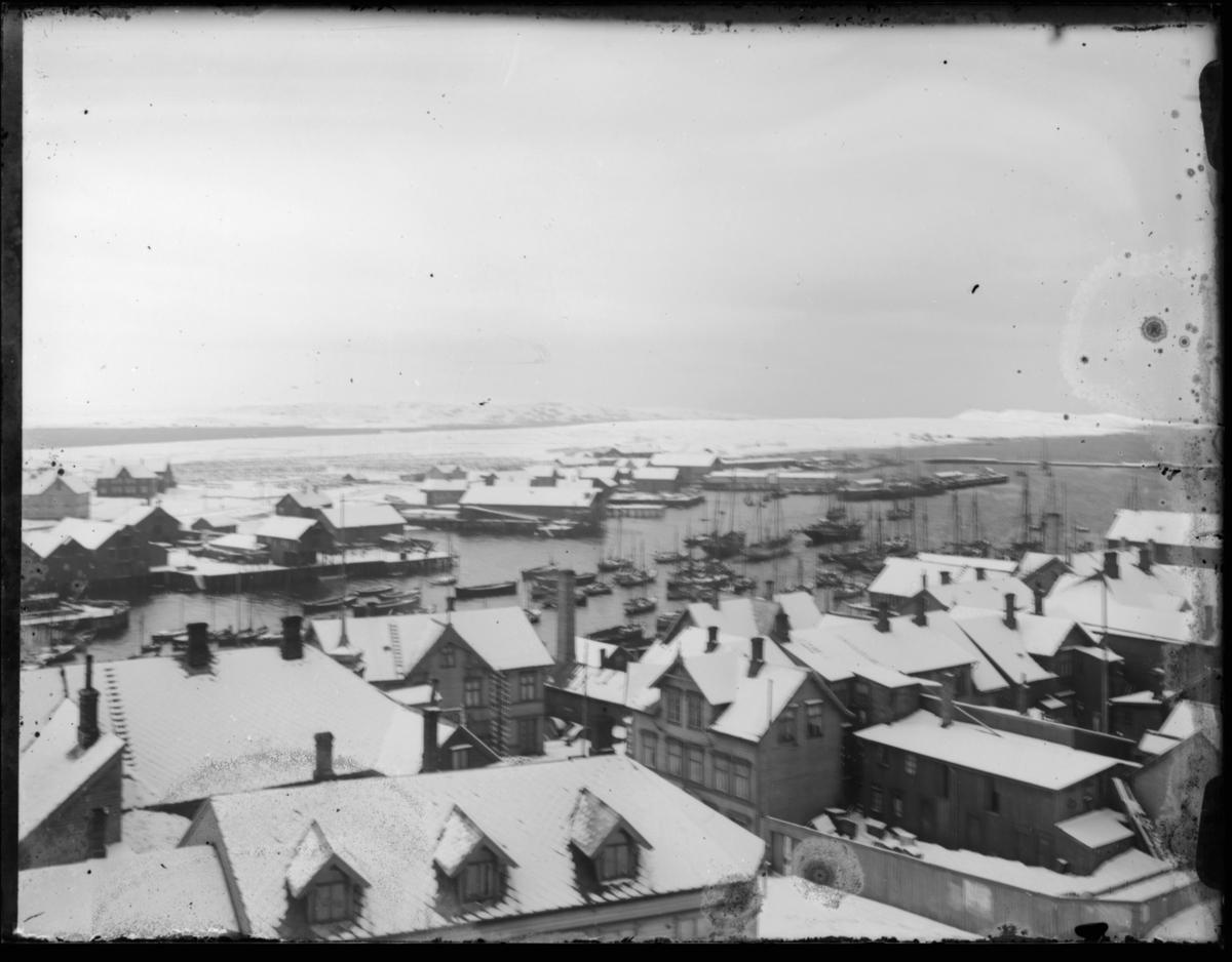 Bebyggelsen i Vardø antakelig fotografert fra kirketårnet og nedover langs det vi tror er Kirkegate. Bildet gir oversikt over Nordre våg, og pakkhus og kaier på den andre siden av Valen