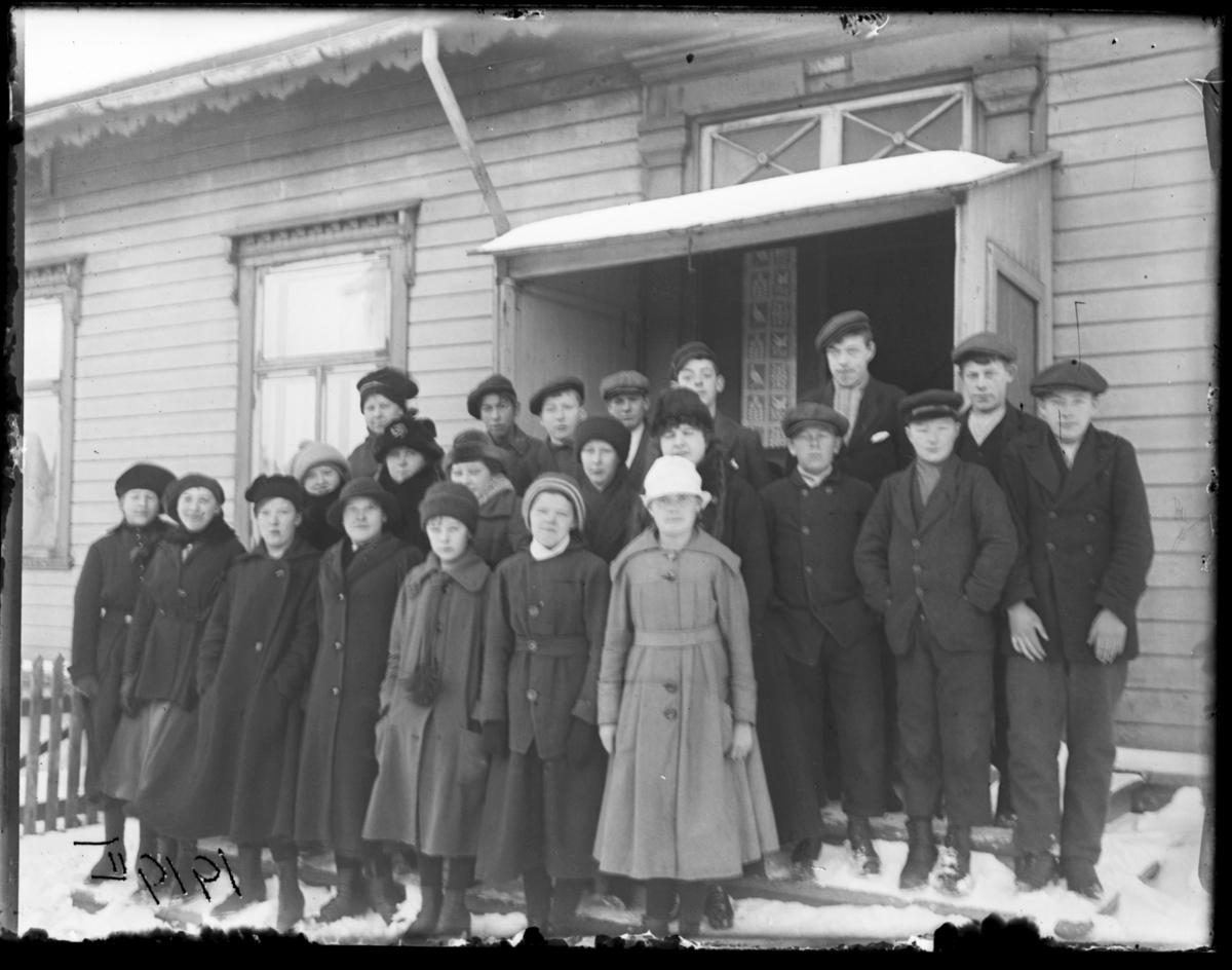 Konfirmanter fotografert på trappa til prestegården, Vardø 1919