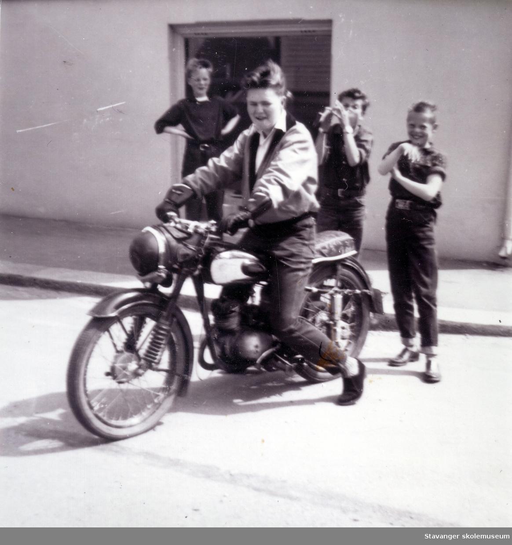 Jan Marton Pedersen med ny motorsykkel. Bildet er tatt i Stortorget i Stavanger. 1958.