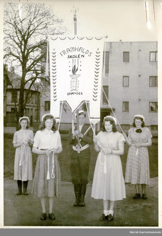 Framhaldsskolen i Stavanger med fane