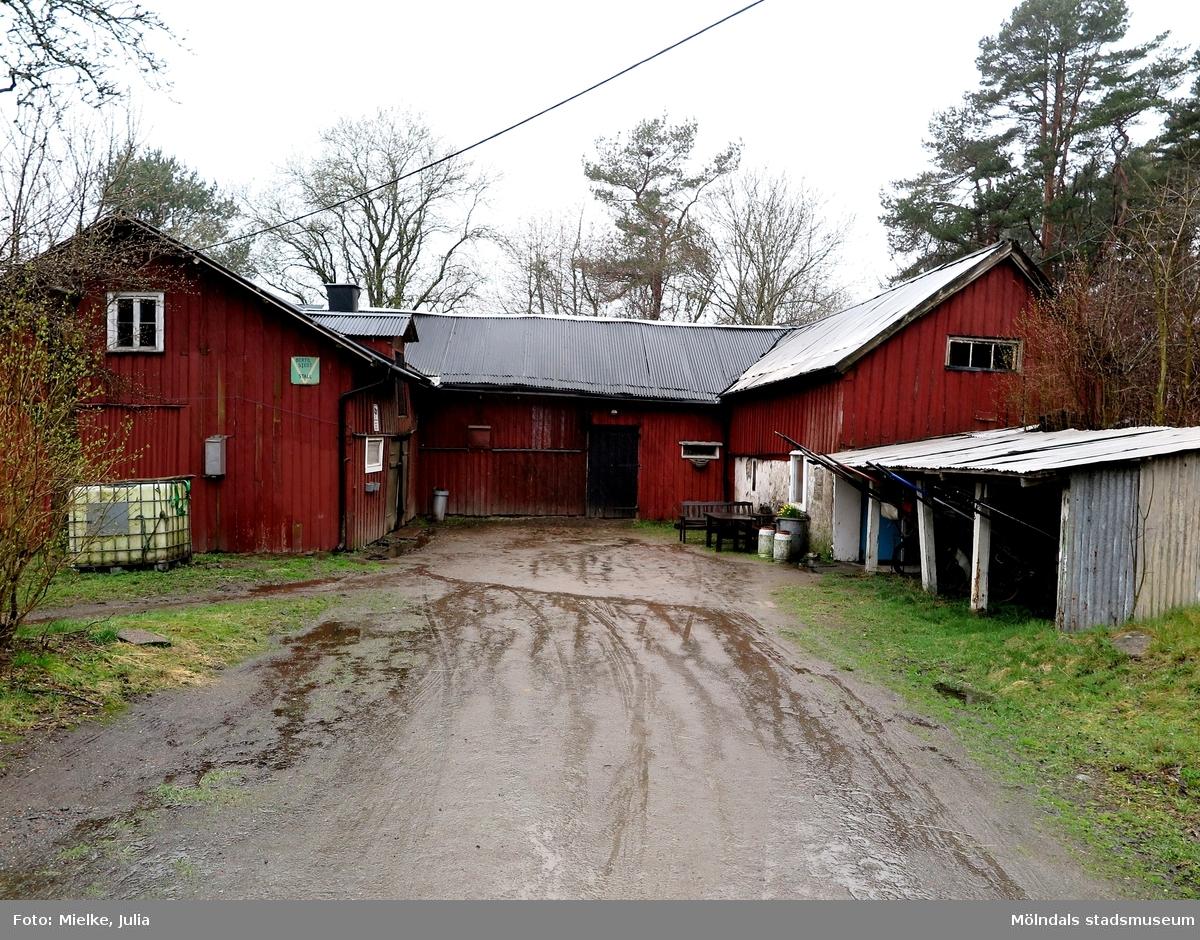 Åby Stallgårdar och närliggande stallar i Balltorp 2015. Stall Bertil Stedt, Solhem i Balltorp.   1992 utökade travbanan sin verksamhet med Åby Stallgårdar i Balltorp där det fanns 70 boxar. I juni 1998 påbörjades bygget utav Stallgårdar ll som bestod utav 42 boxar.  I samband med dokumentation utav Åby Stallbacke 2015.