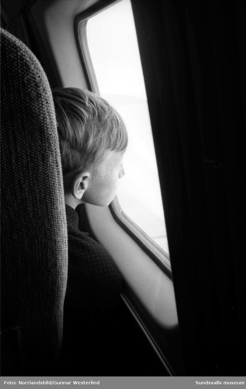 En skolklass gör en äventyrlig klassresa, tar flyget från Midlanda till Östersund.