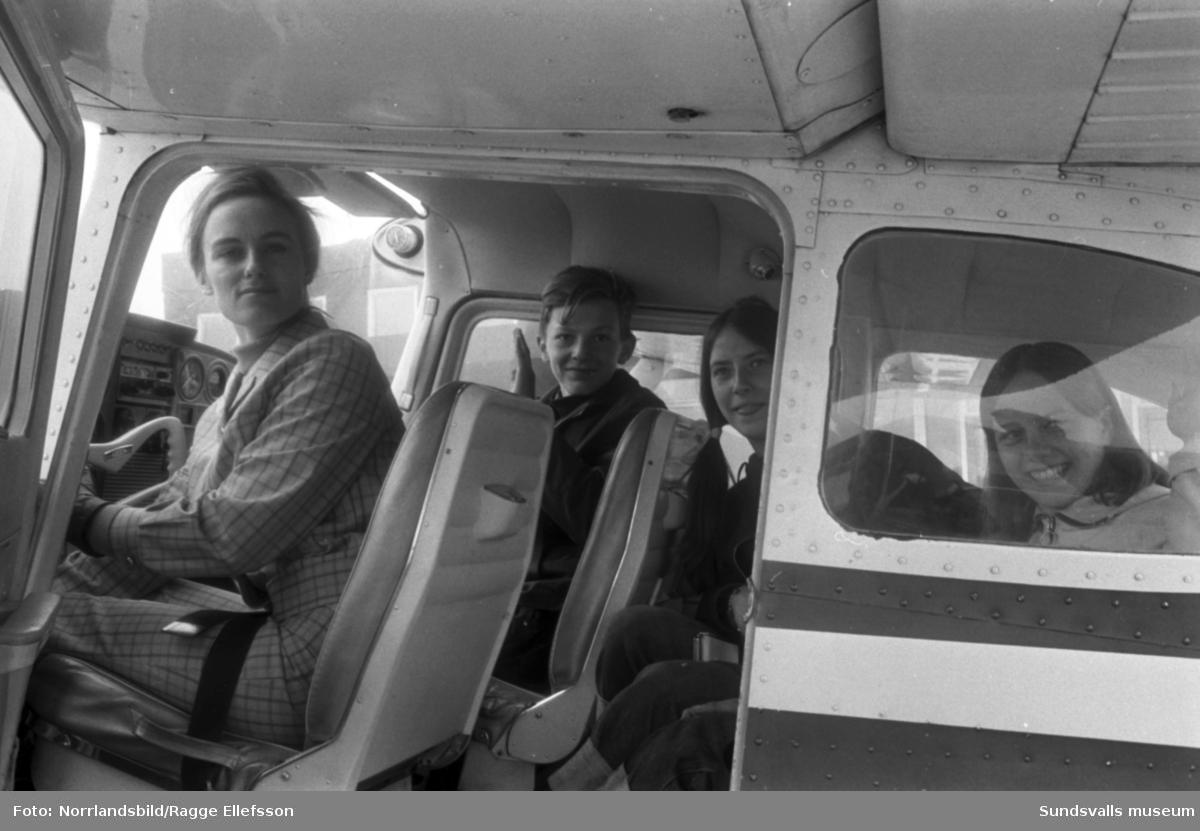Ungdomar på besök på Midlanda flygplats.