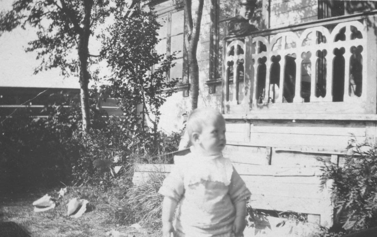 Et lite barn som står i haven foran en trapp.