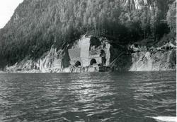 Vannkraftutbygging, utsikt over vatnet mot kraftstasjon.