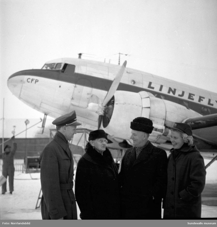 Äldsta och yngsta passageraren på en avgång från Midland 1958, 89-åriga Hilma Sjögren, Älandsbro, och tre månader gamla Anita Lindblom från Sörberge.
