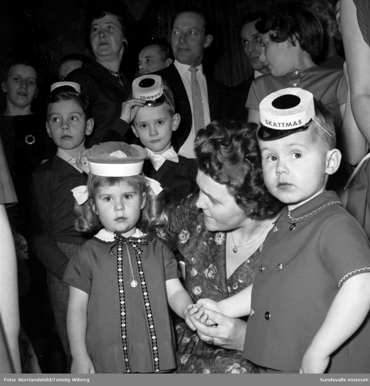 Glada barn i partyhattar på järnvägsmannaförbundets julfest på W6.