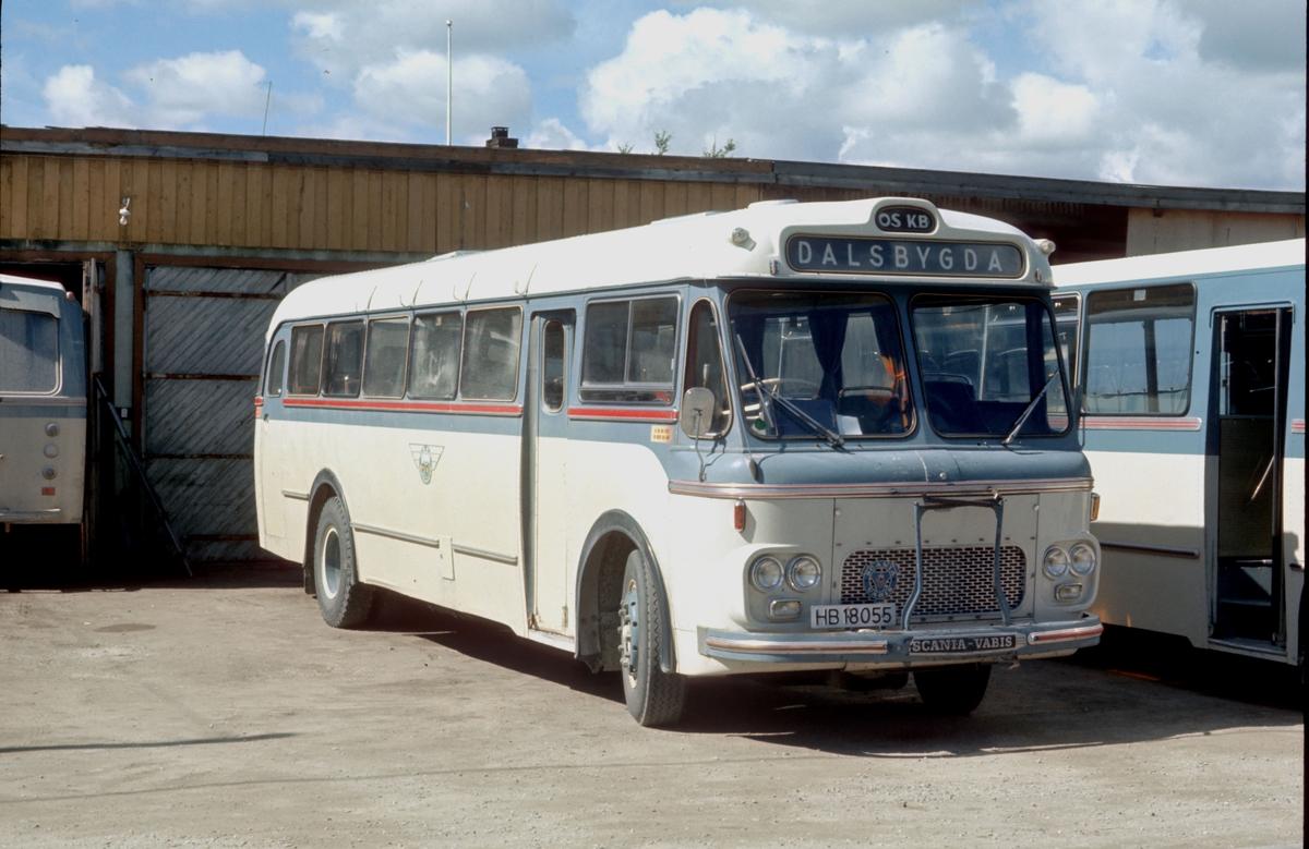 Buss tilhørende Os kommunale bilruter utenfor bussgarasjen ved Samvirkelaget i Os sentrum, Os i Østerdalen. Scania-Vabis med høyre-ratt. Vestfold bil og karosseri . HB 18055. SCANIA B 7558 L, registrert 1963 på Tynset. 35 seter. Vogna ble mye brukt på ruten til Dalsbygda på 70-tallet.