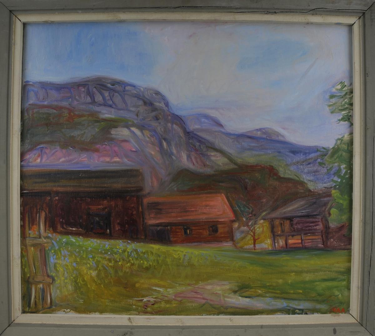 Gardstun med høge fjell i bakgrunnen. Frå Neset i Kviteseid.