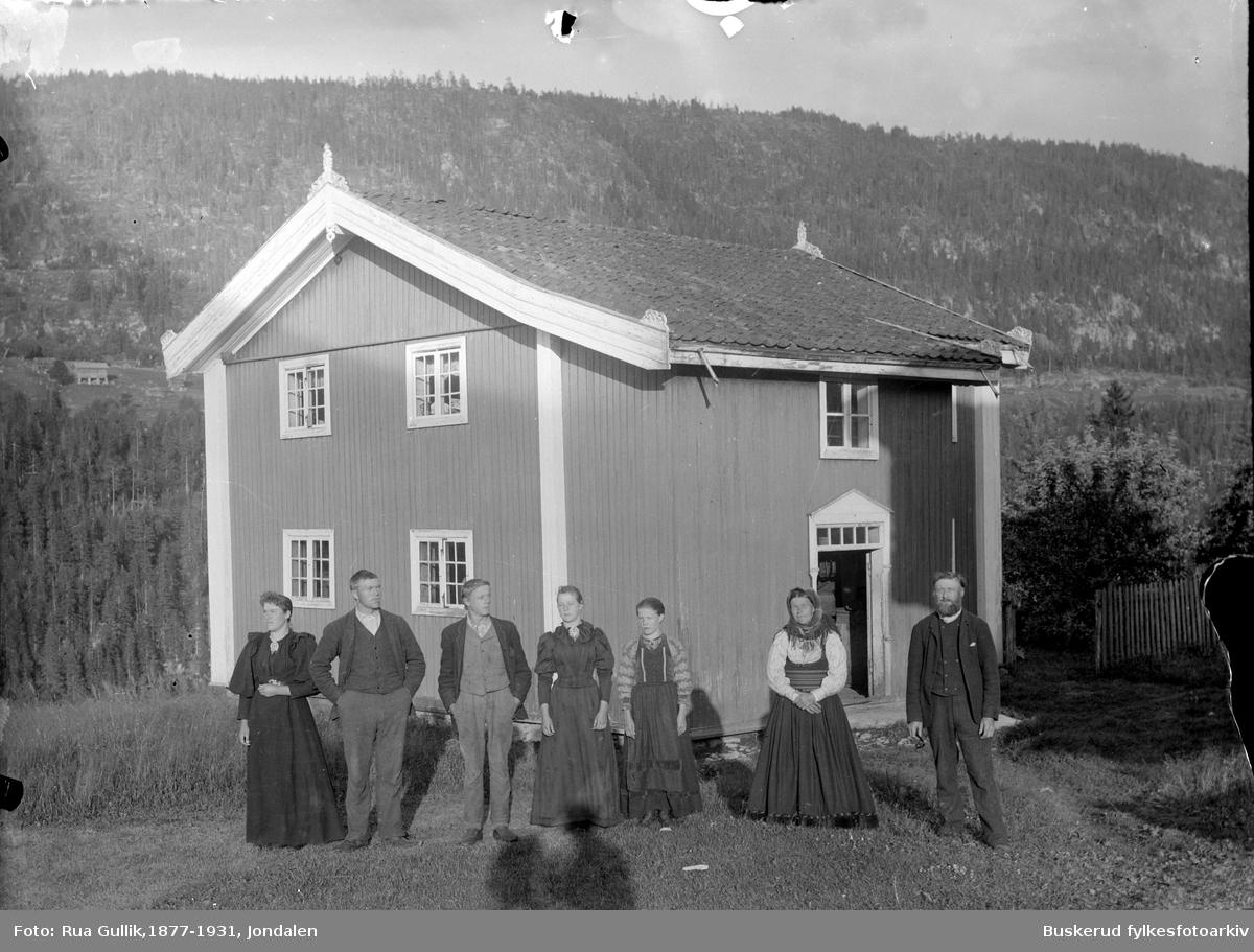 Gården nedre Nisi i Gransherad Hans Høljeson Nisi (1841-1925) og kona Tora Olsd. Bøen (1844-1914) Barn fra venstre: Anne (1874....)  ,  Jon (1870-1856) , Torbjørn (1875-1920) Torbjørg (1882.....) og Tora (1877......) Tinnoset Telemark 1898