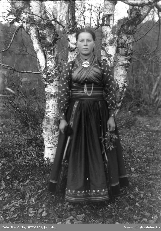 Ragnhild Midtbøen i bunad Fra Helleberggrenda Telemark ca. 1900