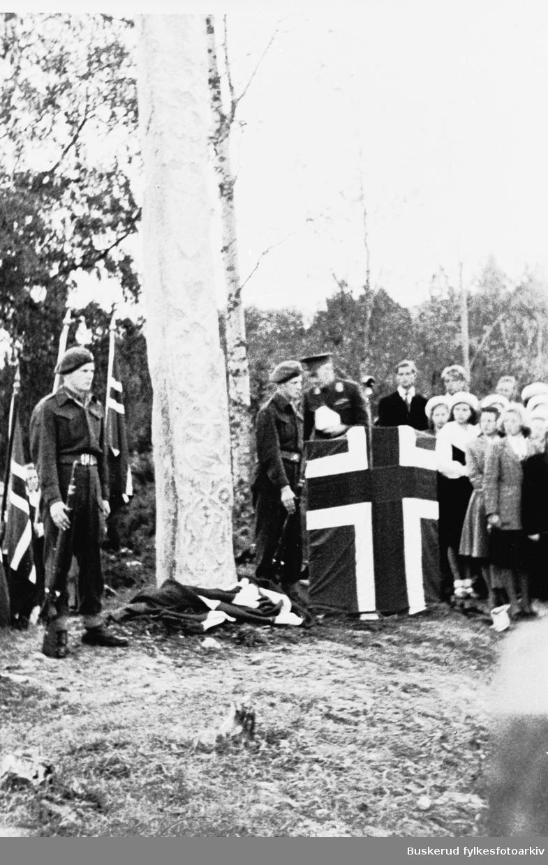 Innvielse av bauta til minne om kampene i Haugsbygd april 1940. Bautaen er laget av Ståle Kyllingstad. Steinen ble hentet fra Skogstad brenna i Åsbygda.