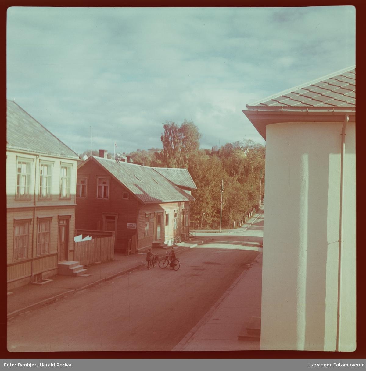 Fotografi tatt fra vinduet fra Renbjørgården ned Brugata.