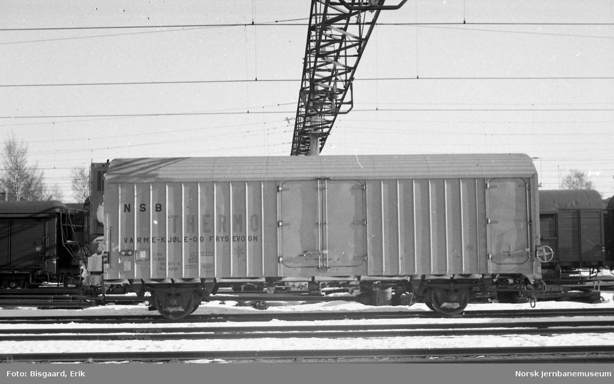 Kjøle- og varmevogn litra Ibcdghps nr. 818 1015 på Ski stasjon