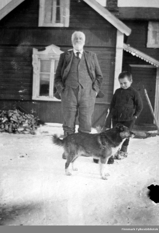 Handelsmannen Thomas Gunnari sammen med barnebarnet Thomas Gunnari og hund, ved Rauhala i Bugøyfjord. 1920-tallet.