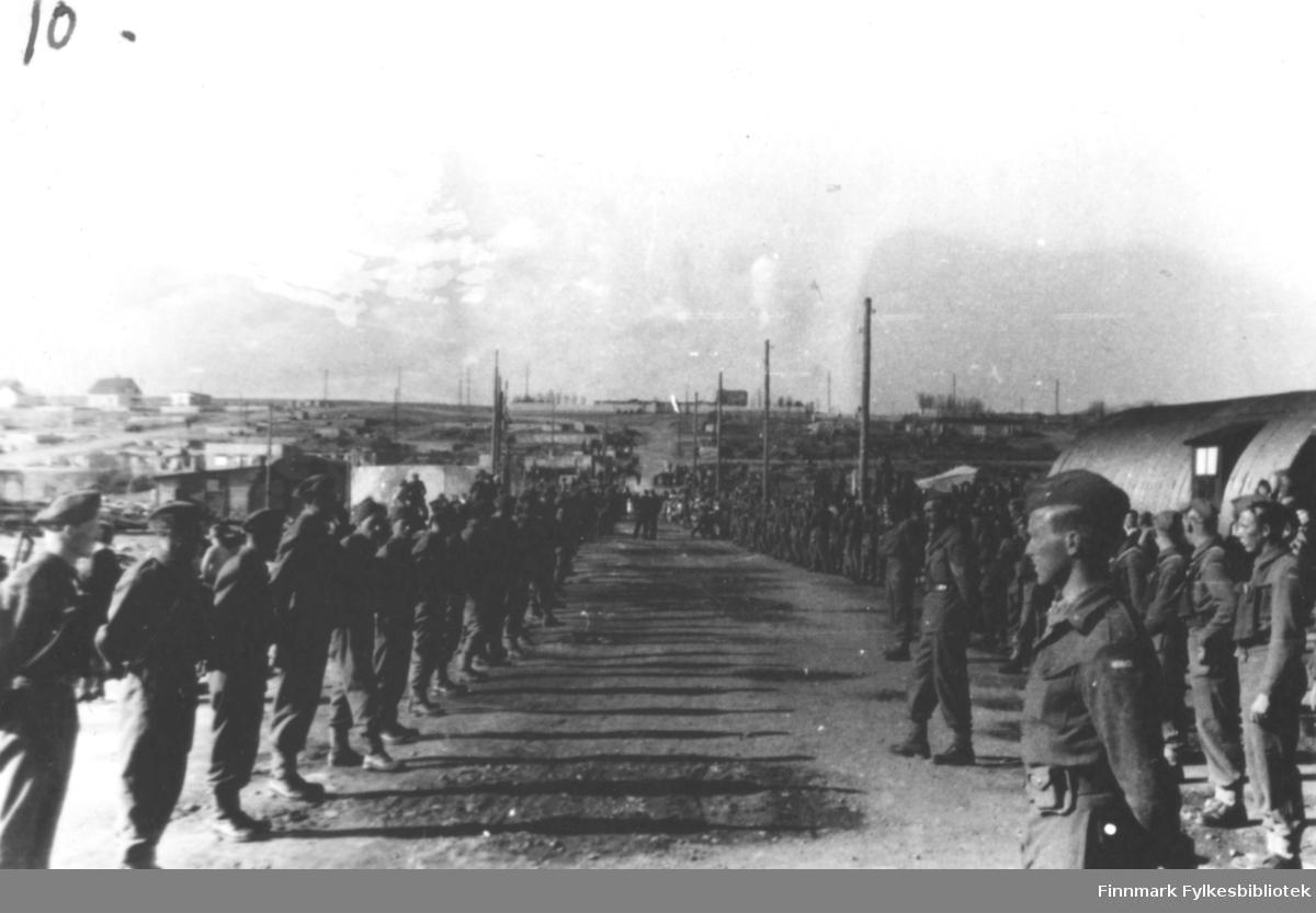 Bildet viser: Fra kronprins Olav's besøk sommeren 1945. Militære oppstilt langs hele Toldbodgata.