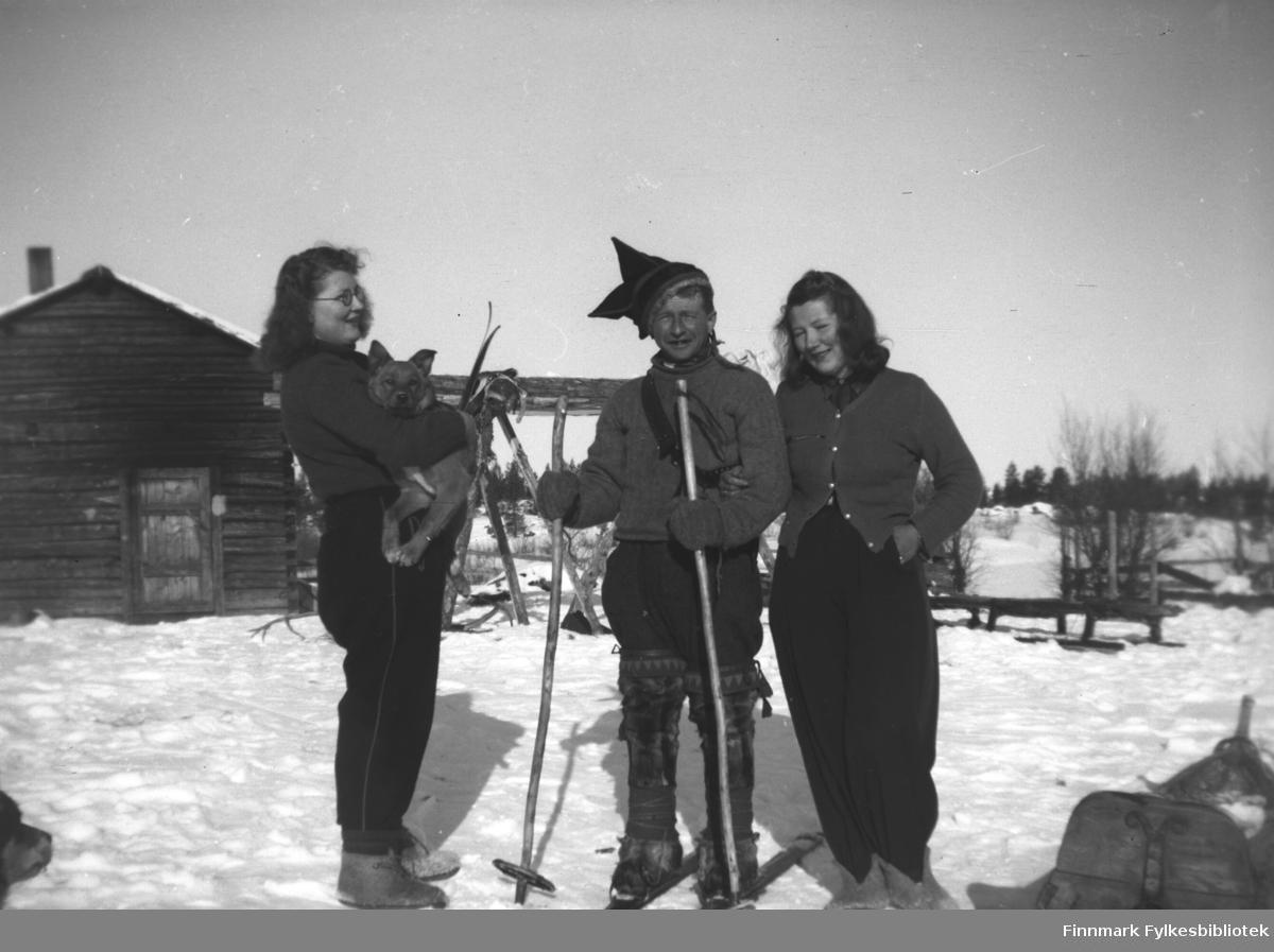 På den finske grensestasjonen Pakanajoki, ca. 14 km fra finsk Näätamö (Neiden). Fra venstre: Ingrid Mikkola som holder hunden til skogvokter Antti Aikio, Jakob Hallonen (tilnavn Lille-Jakob), Kari Mikkola
