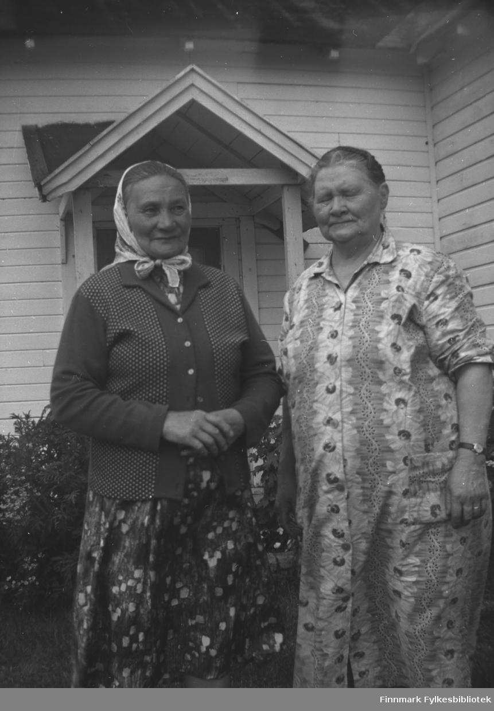 Kathinka Mikkola (til høyre) har fått besøk av Karen Saua, gift Andersen. Karen var datter av Kathinkas venninne, Karen Inga Saua