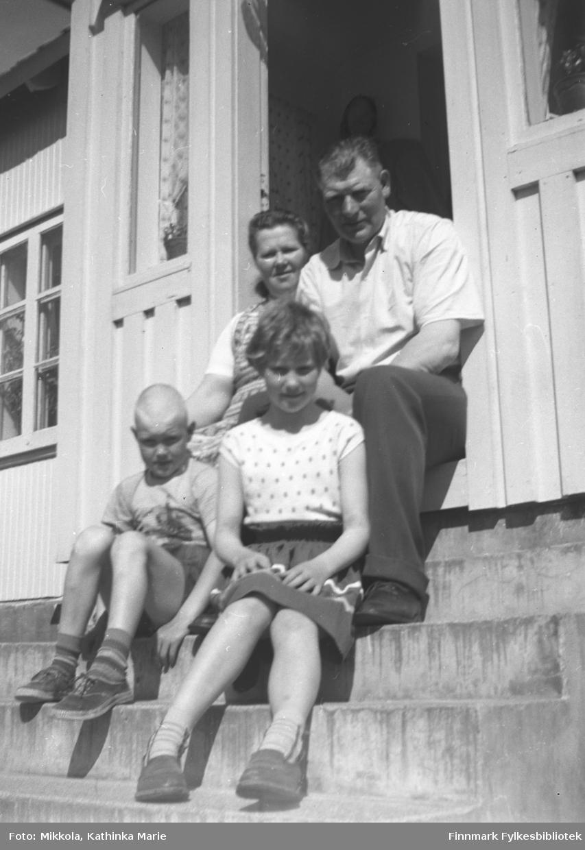 Jensine og Ditleif Yttergård med to av barna. Ditleif er Kathinkas bror. Bildet er tatt på trappa til huset 05007-171, i Skjelfjord i Lofoten