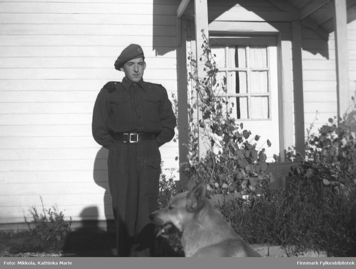 Trygve Dørmænen i militær uniform ved inngangsdøra til Mikkelsnes
