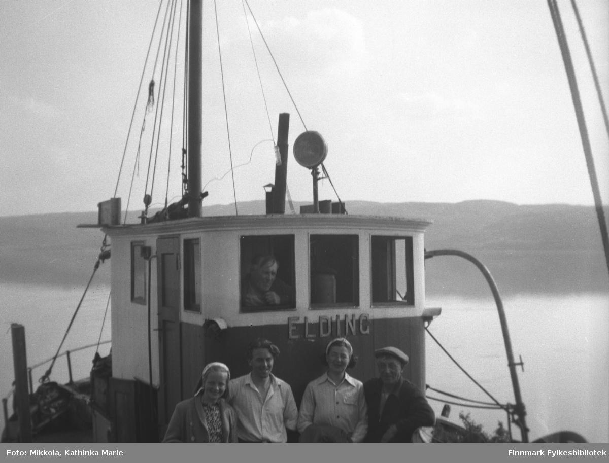 Familien Aarvik, fra venstre Randi, Sam, Ingeborg og Osvald om bord på en sjark som heter Elding. Familien bodde i Vardø. Bildet er tatt ved kaia på Mikkelsnes