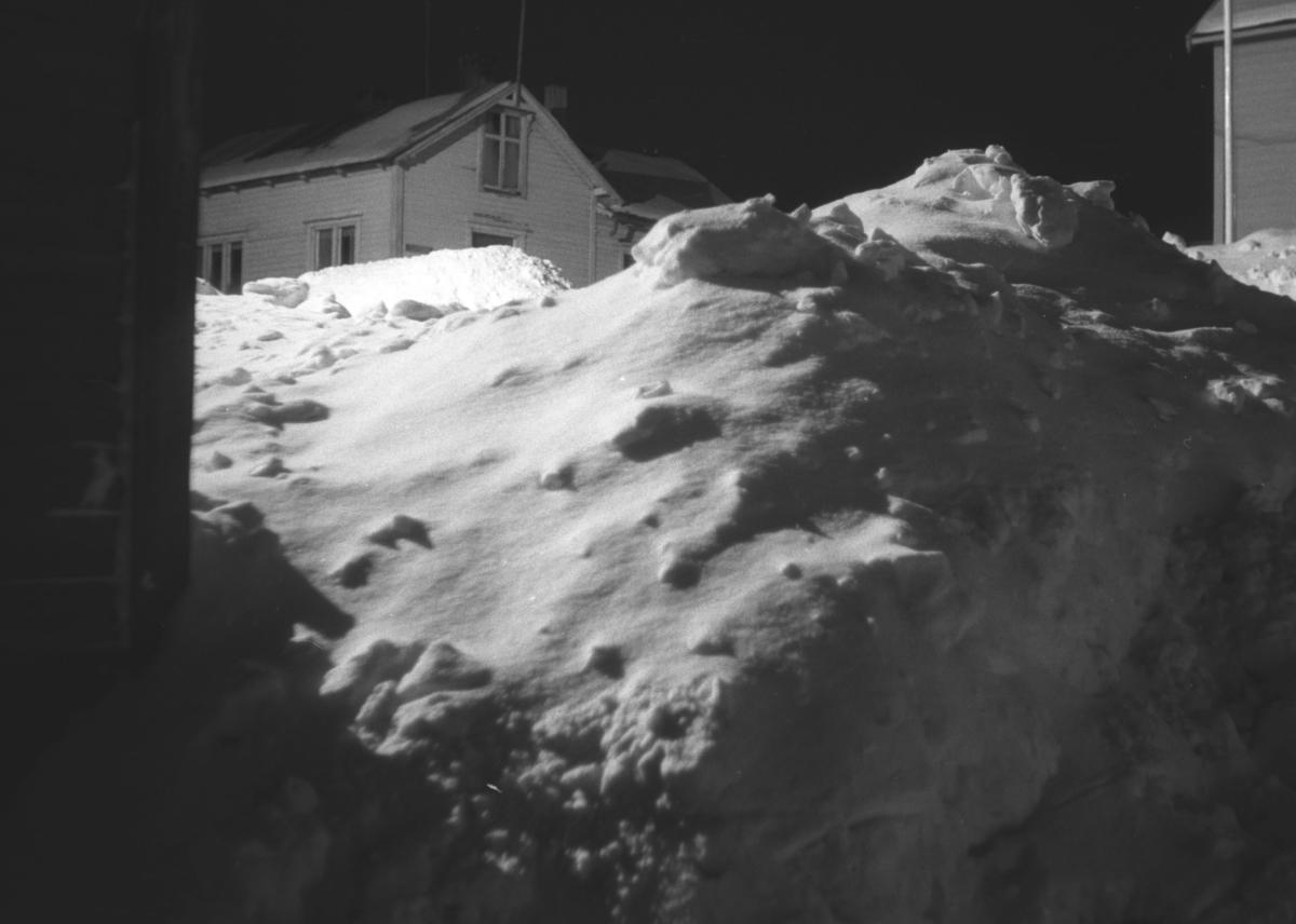 Store snømengder utenfor Hauges hus i Nyborgveien i Vadsø.