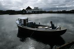Motorbåt - oversiktsbilde av båten i miljøet