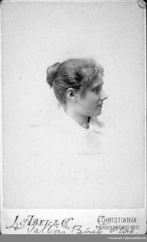 Portrett av Valborg Buck. Hun har en lys eller hvit bluse på seg og håret er satt opp med en knute bak.
