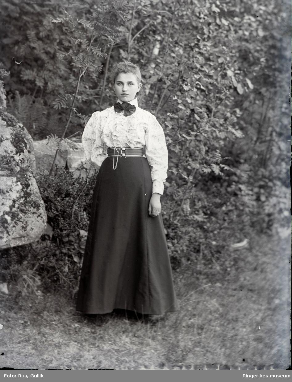 Portrett av to kvinner i bunad fra Jondalen Bildet er av datter til Paul Røed fra Eiker. Bildet er tatt ca.1899 på Eiker.