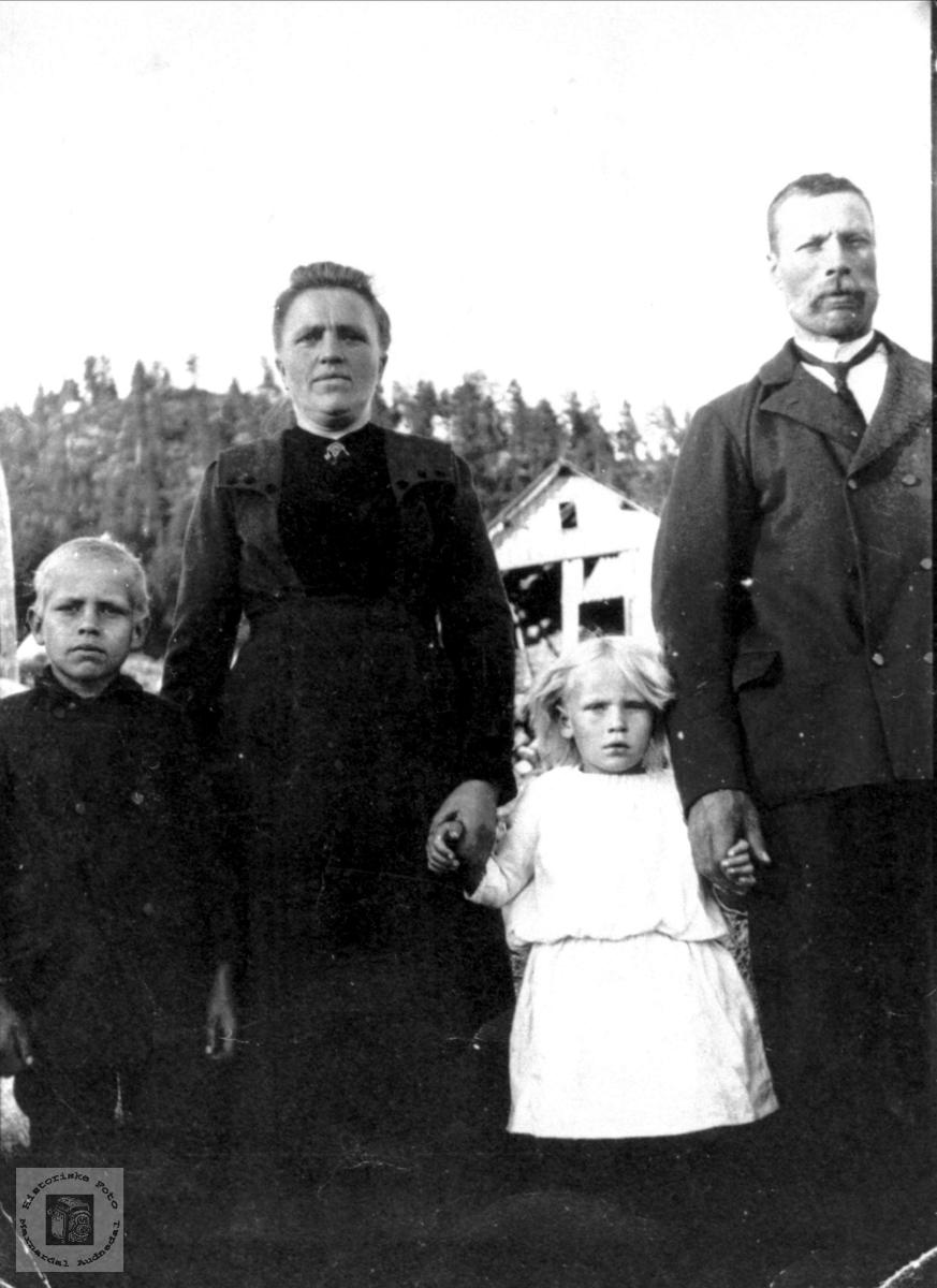 Familieportrett fra Øvregarden