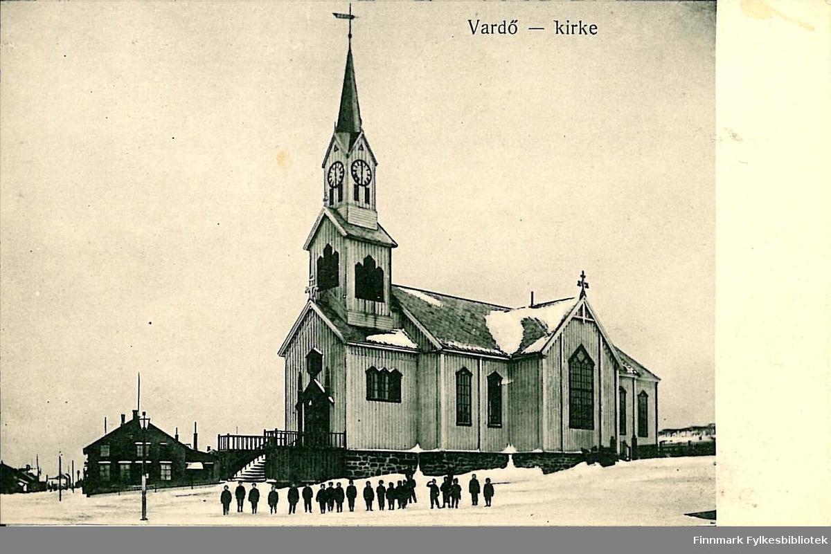 Postkort med motiv av Vardø kirke. Kortet er en jule- og nyttårshilsen til Arthur Buck på Hasvik. Kortet er poststemplet i 1913.