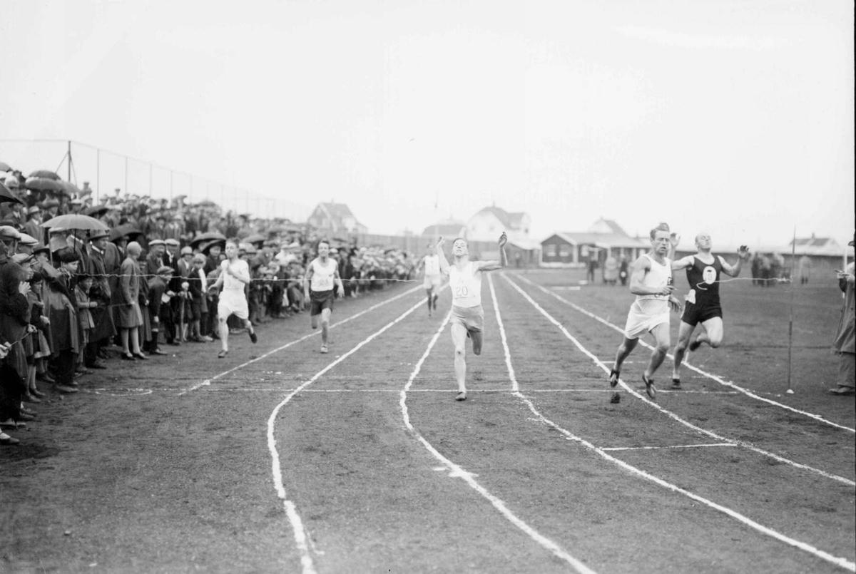 Åpning av Gjøvik Stadion 1928. 100 m. forsøk.