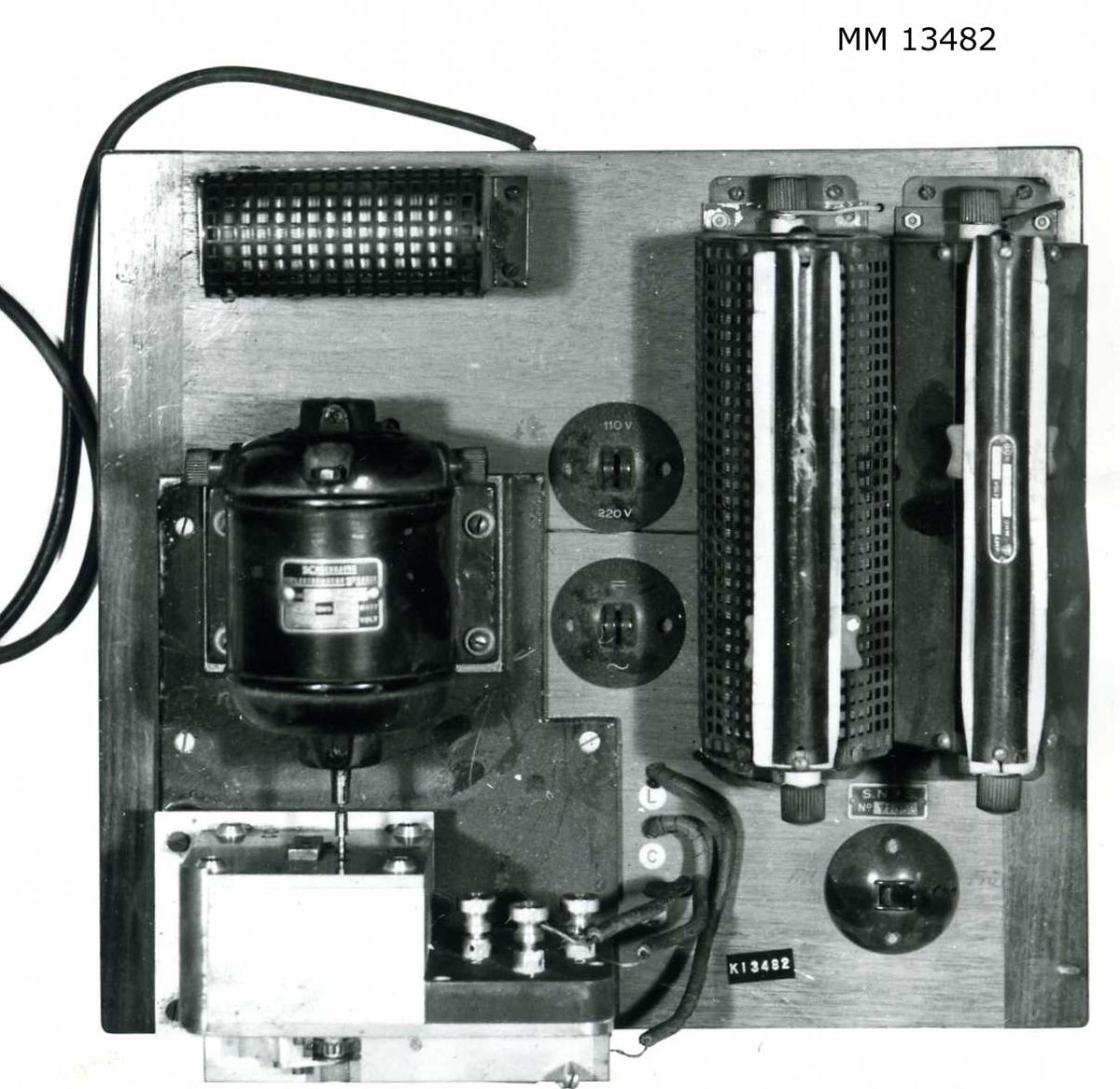 Transmitter (remssändare), automatisk telegrafapparat. Monterad på en platta av mahogny med sändare, motor, reglerbart motstånd och strömbrytare. Märkning: S.N.T.S. 71053
