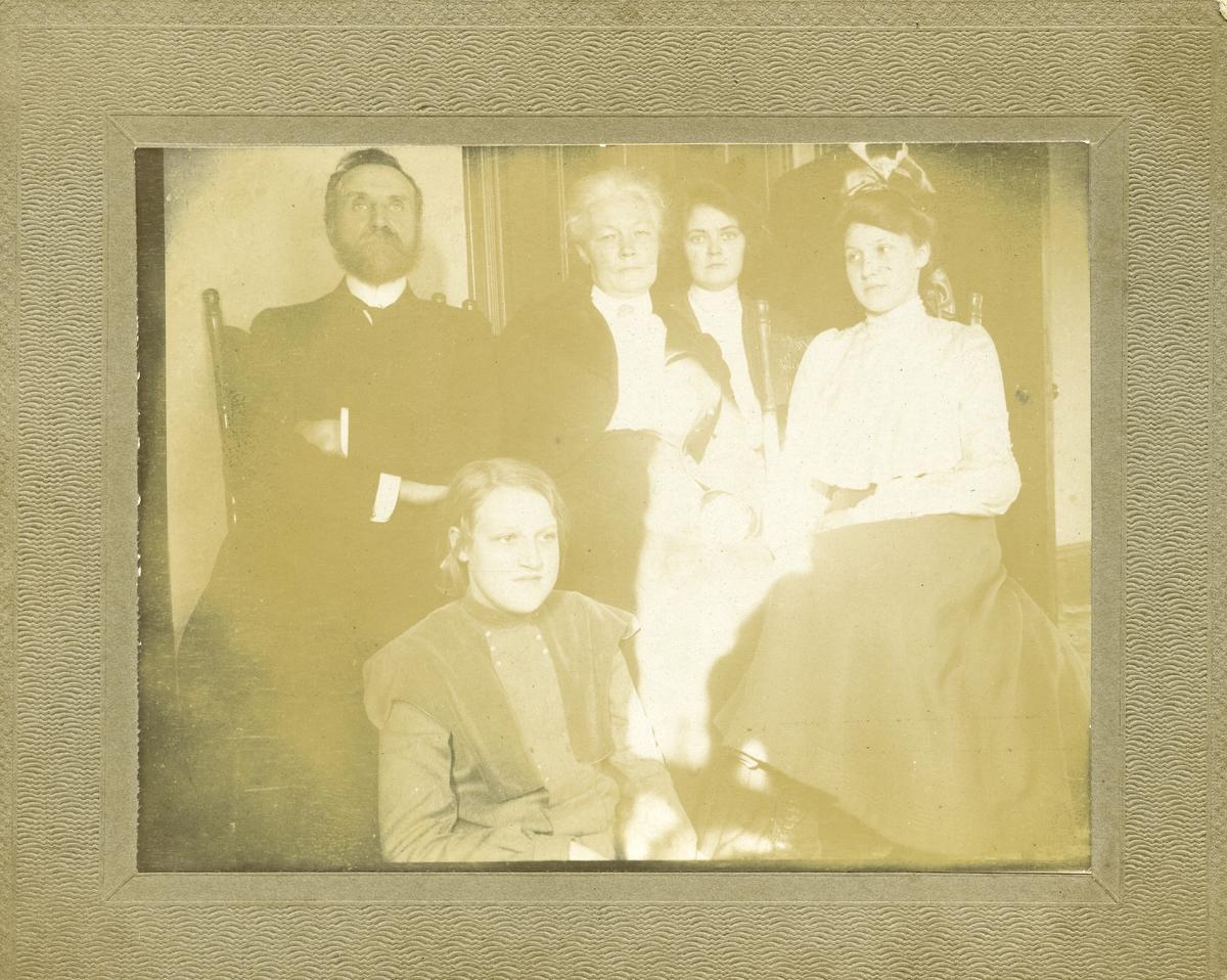 """Familiebildet. Tekst bakpå bildet: """"Mrs. Gjertrud Qvale Brekkebakken. Jeg ser ut som en Neger fordi jeg stod i skyggen, men du vet hvordan jeg er""""."""