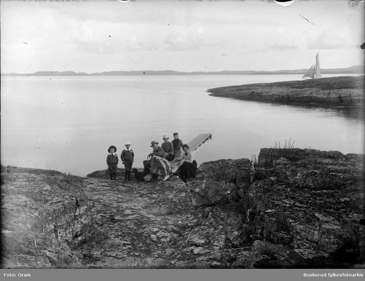 Gram familin som bodde på Ask gods gruppe foran innsjø, antagelig Tyrifjorden      ::