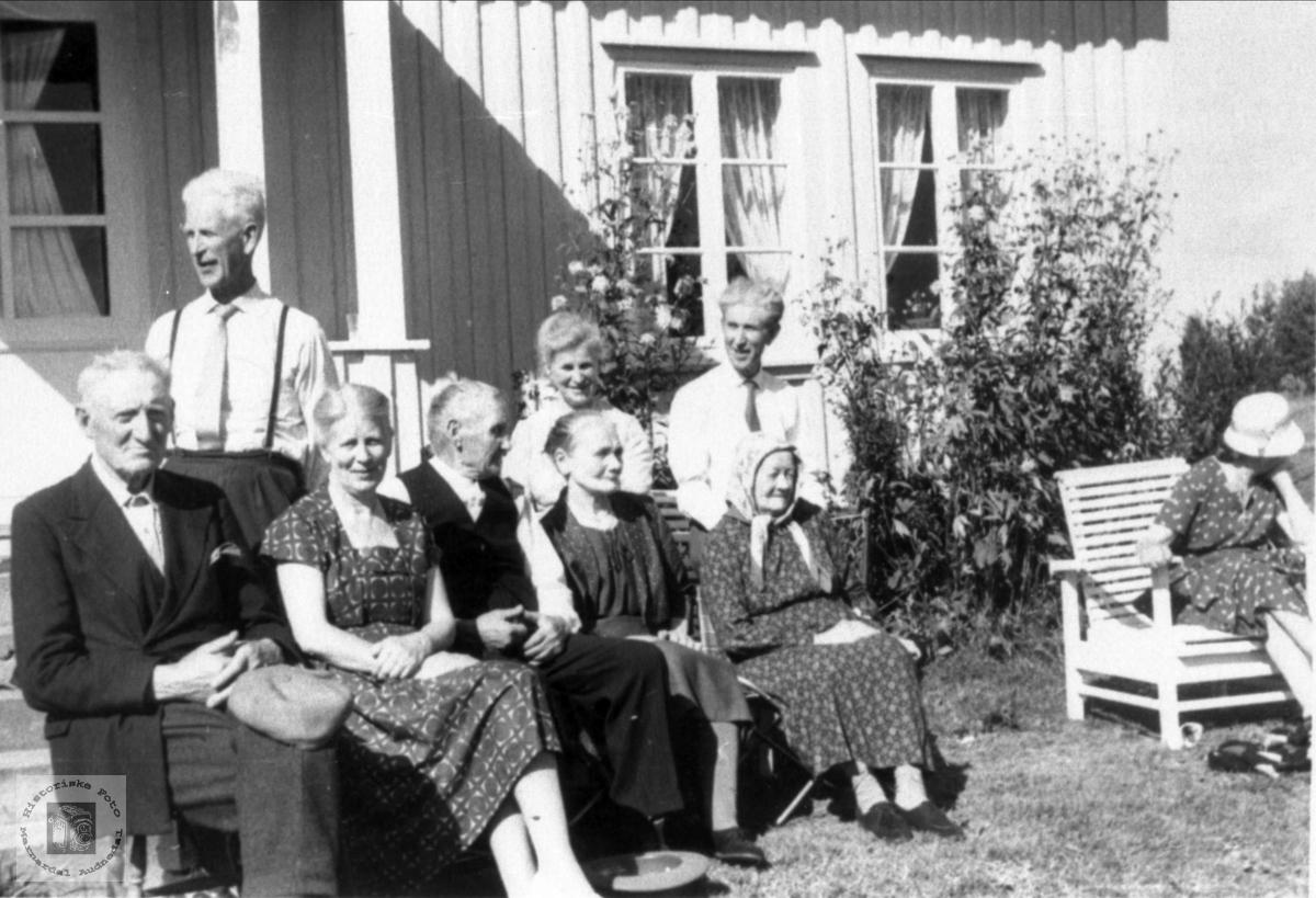 """Personer på """"Der heima"""" på Haraldstad"""