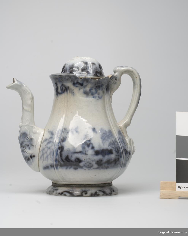 Kaffekanne m/ blå dekor  mangler topp på lokk  stort skår øverst på kannen